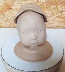 Boetseren van hoedje voor op kinderhoofdje